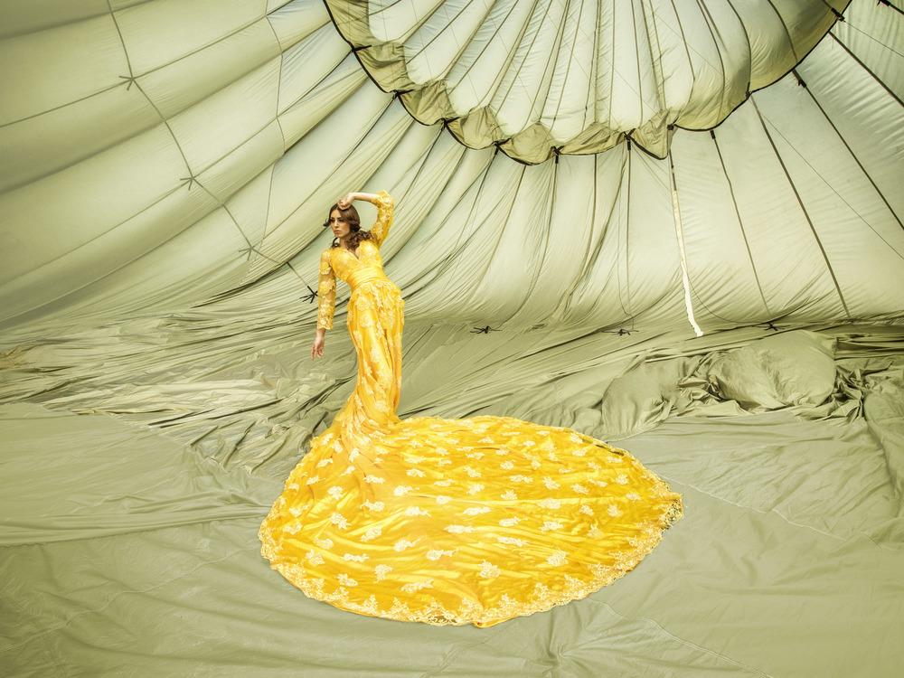 Kasandra im gelben Hochzeitskleid