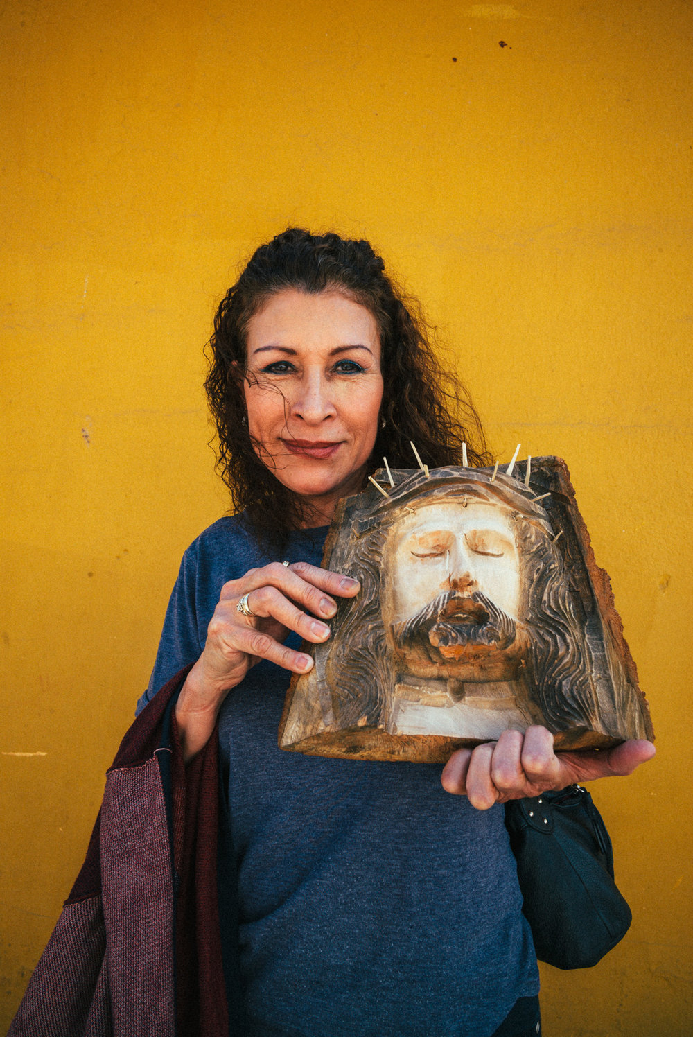 Frau mit Jesus Figur.jpg