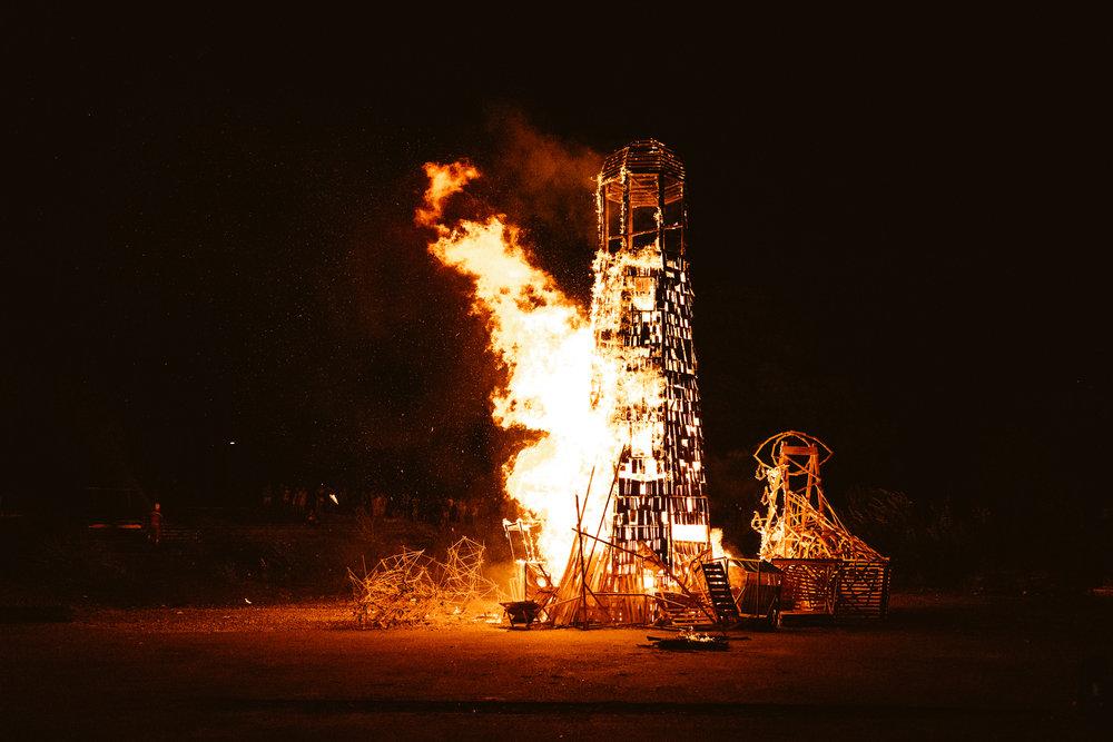 der brennende Turm in dessen Feuer