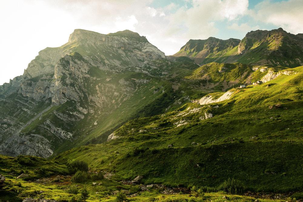 klein und unscheinbar steht die Alp in der Natur