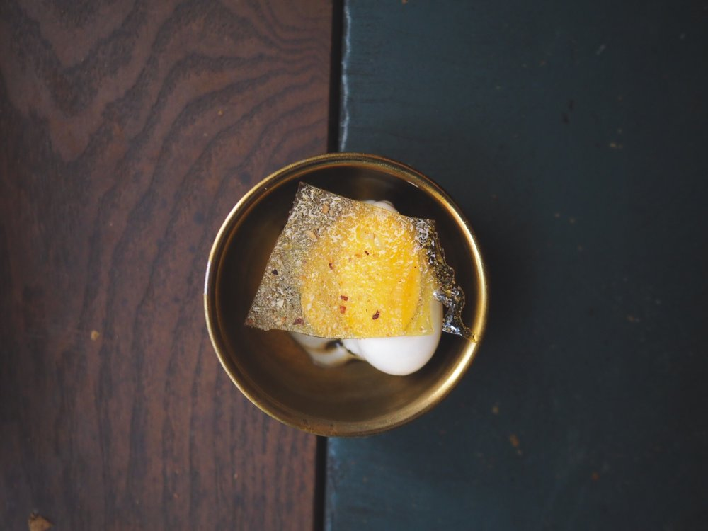 Tahini-suklaakakkua, lakritsikaramellia ja tonkapapujäätelöä