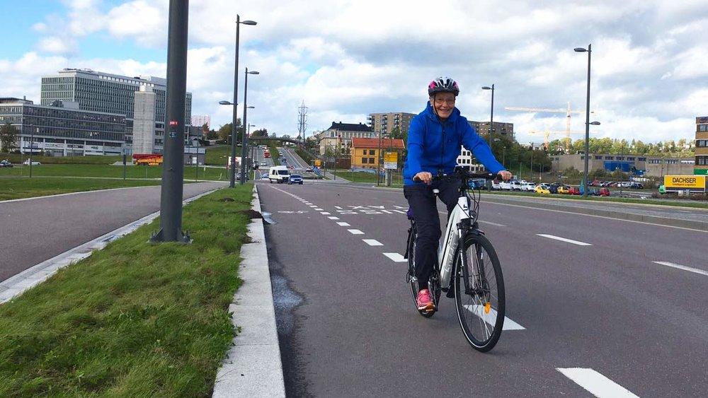 Anne-Marie Ørud (72) tester en Buddy Bike Ui5 L og stortrives.