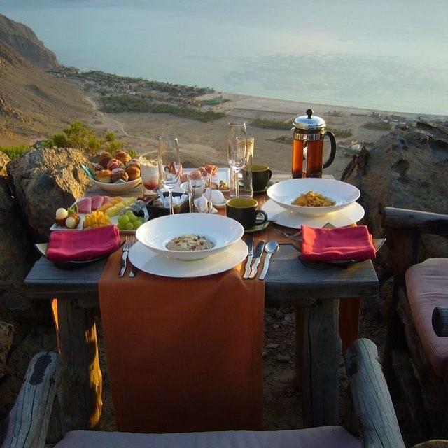 Café da manhã com vista em Zighy Bay, no resort Six Senses, na Peninsula de Musandan, em Sultanato de Oman 🇴🇲 #vadeinterpoint