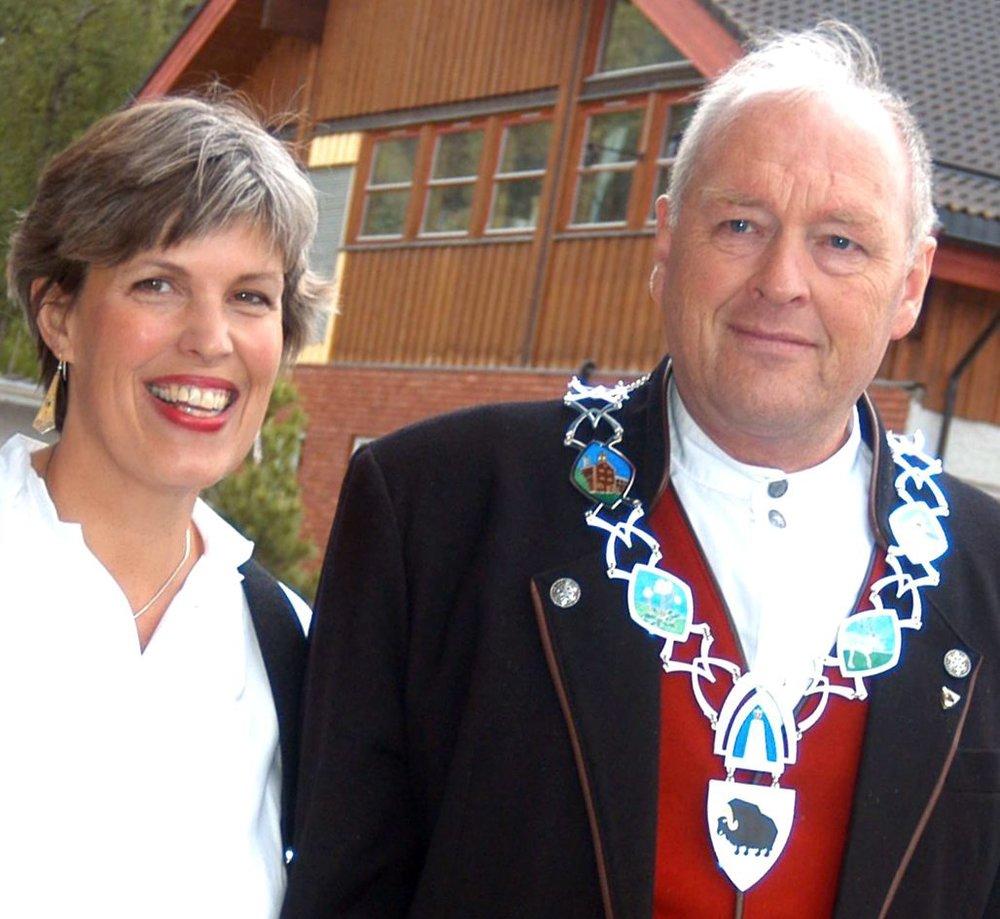 Laura og daværende ordfører Erland A. Løkken. (Foto: Vidar Heitkotter/GD)