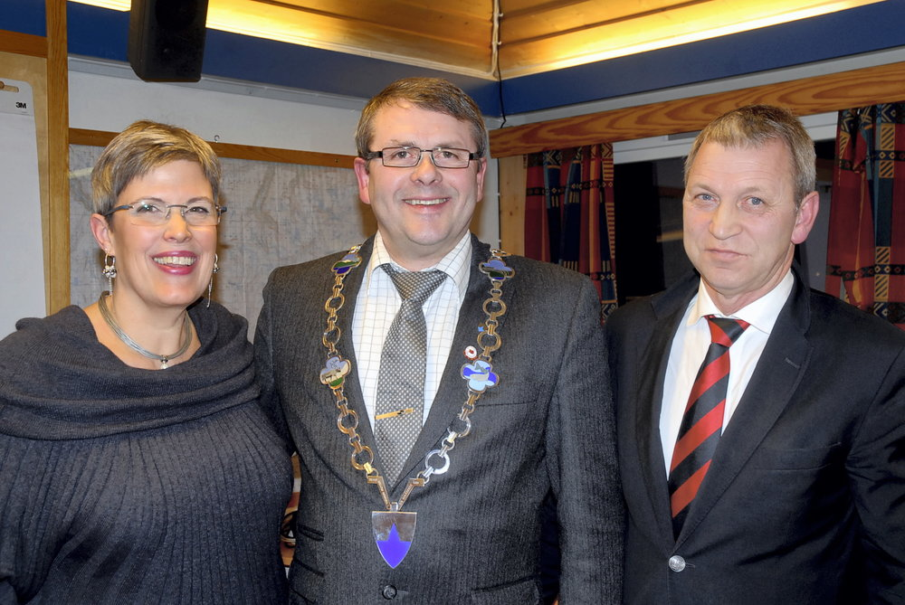 2012: Laura, nyvalgt ordfører Steinar Tronhus og forhenværende ordfører Per Dag Hole.