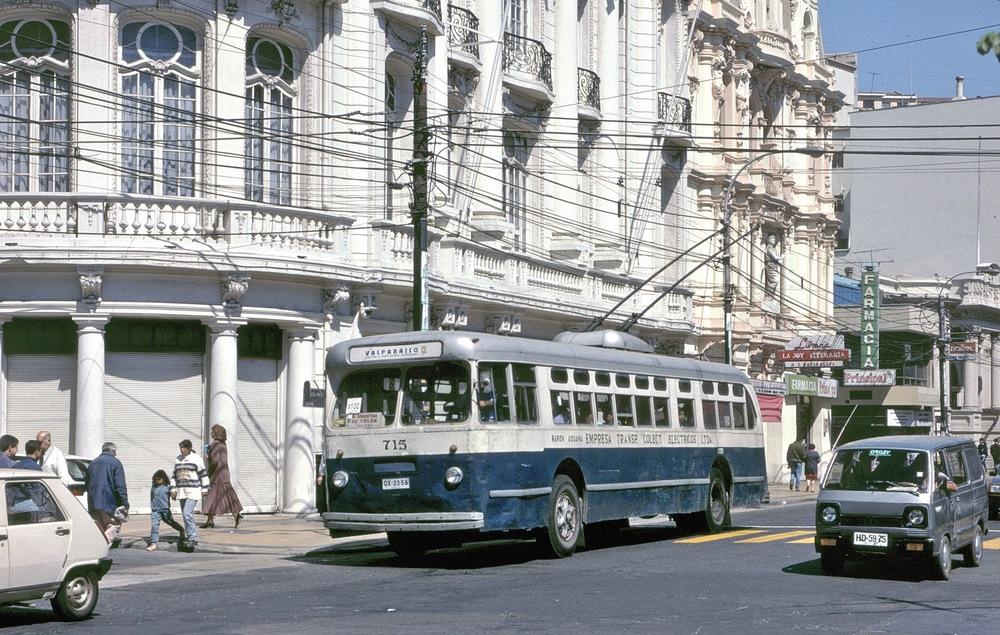 Valparaiso'da darbe dönemlerinden kalma, günümüzde hala kullanılan tröleybüsler