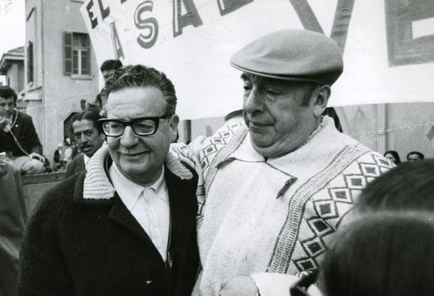 Neruda'nın ismi de '70 Şili Başkanlık Seçimleri için geçmişti ama O Salvador Allende'yi (solda) destekledi ve Allende Başkan olduktan sonra Allende'nin isteğiyle Şili'nin Fransa Büyükelçiliği görevini üstlendi. Hepsinin ötesinde Allende ve Neruda arkadaştılar ve birbirlerin hep desteklediler.