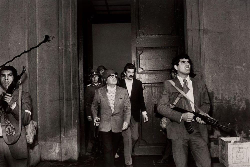 Pinochet'e bağlı Faşist kuvvetler Başkanlık Sarayı'nı sardıktan sonra,Allende'nin hayatını kaybetmeden hemen önceki son fotoğrafı.