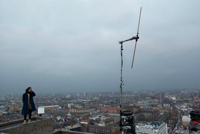 Londra'da hala çok popüler olan korsan radyo istasyonlarının çoğunun çok dikkat çekmemeye çalışan vericileri çatılara yerleştirilir.