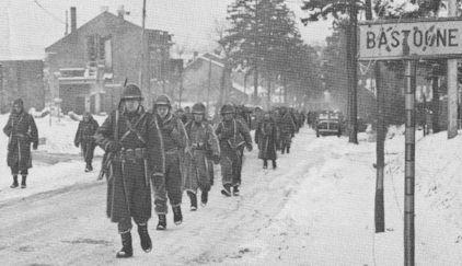 Arden saldırısının kalbinde yer alan Bastogne kasabası romanda da önemli bir yere sahip. Düsseldorf'un babası Bastogne'de öldürülmüş.