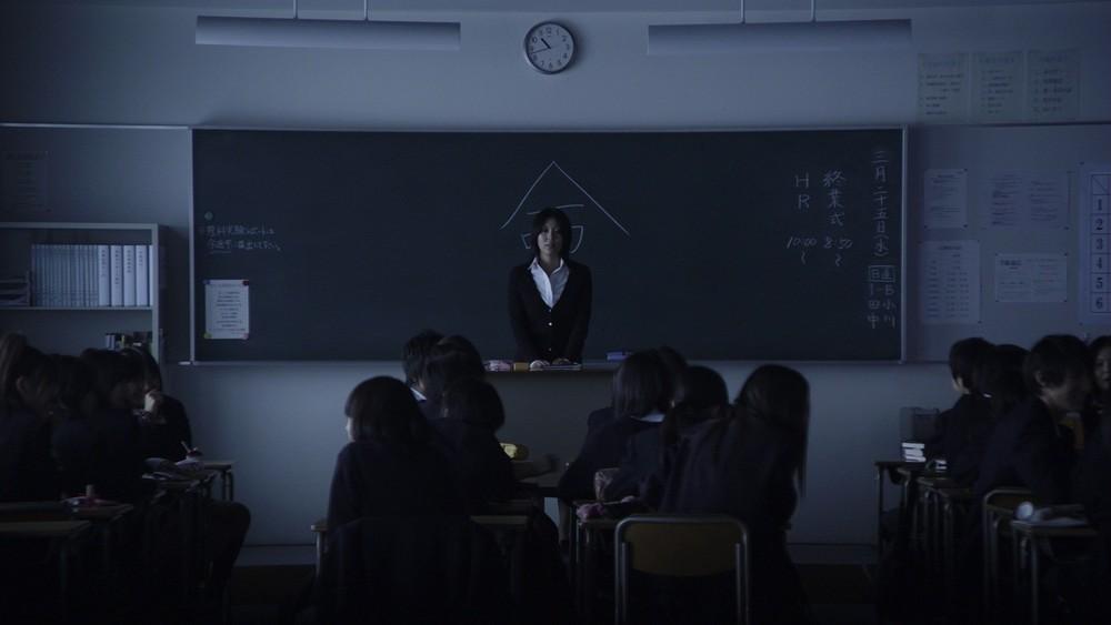 """Morigoçi'nin arkasında Japonca """"Hayat"""" yazmaktadır. Görsel romanın beyaz perde uyarlaması,2010 yılında yabancı film dalında Oskar Adayı olan Kokuhaku (2010, Nekaşima) filminden"""