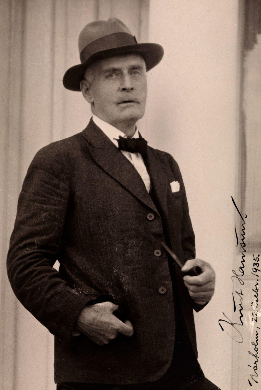 Knut Hamsun (1859-1952) - Knud Pedersen olan adını değiştirmiştir.