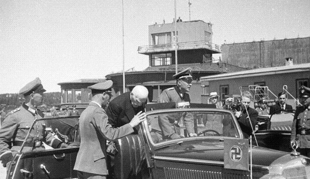 Hamsun, 1943'teki Almanya ziyaretinde Hitler ile de buluşmuştu.