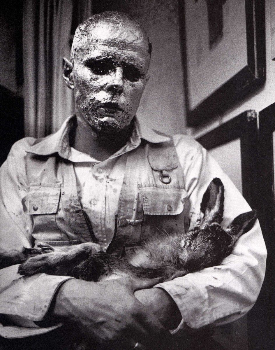 Joseph Beuys - Ölü Bir Tavşana İmgeler Nasıl Açıklanır? Bu performansında beuys yüzünü bal ile kaplayıp, üzerine altın varaklar yapıştırmış bir haldeyken , doldurulmuş bir tavşana kendi işlerini tanıtır... uzun uzun resimleri hakkında konuşur, tavşanı canlıymış gibi yürütür, kucağında taşır ve sever. Burada bal hayatı, altın zenginliği simgelerken,Beuys diğer dünyayla ve hayvanlarla iletişime geçebilen bir aracı şaman rolündedir.