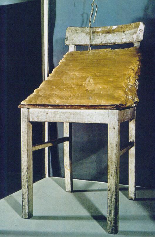 Joseph Beuys - Fat Chair (1964-1985) İki organik malzeme insan bedenini temsil etmektedir. Beuys, bedenin geçiciliğine rağmen insanın konformizm üzerinden mevcut sakat sosyal sözleşmelerle uzlaşısını eleştirir.1985'e kadar sandalyedeki yağ yavaş yavaş çürüyüp buharlaşmıştır.