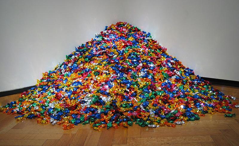 Felix Gonzalez-Torres - İsimsiz (Ross'un L.A.'daki portesi)1991  İzleyiciler 80 kg'lık şeker yığınından tüketmeye teşvik edilirler. Aslında bu iş Gonzalez-Torres'in AIDS yüzünden ölen sevgilisi Ross'un hastalık sürecini anlatır. Ross hasta olduğunda 80 kg'dır ve hastalık onu yavaş yavaş eritir. Gonzalez-Torres 12. İstanbul Bienal'inin merkezinde yer alıyordu - bizim devlet duruma ayamadı diye tahmin ediyorum.