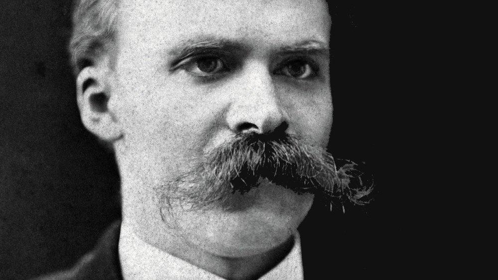 """İdris ve karısı Asuman (Bennu Yıldırımlar)  Nietzsche'nin """"Ebedi Dönüş"""" testinden  geçebilecek yegane karakterler. Nietzsche'ye göre insanın yaşamını her anıyla sevebildiğini göstermesi için hayatının sonsuza kadar tekrar tekrar yaşayacağını varsaymalı, böylece yaşamını döngüsel hale getirmelidir. Yaşam döngüsel bir sonsuzlukta dönünce, olaylar arasısıralama önce-sonra kavramları kaybolur ve hayatın her anının değerini eşitlenir. Bugün çekilen dert yarınının ödülü ile temizlenemez, her anı – çektiği cefalar sonunda kavuşacağı ödül olmadan sevmeyi gerektirir.  Nietzsche,yaşamın getirdiği herşeyi - olduğu haliyle ve her anıyla sevmeyi insan varlığının yegane amacı olarak görür."""