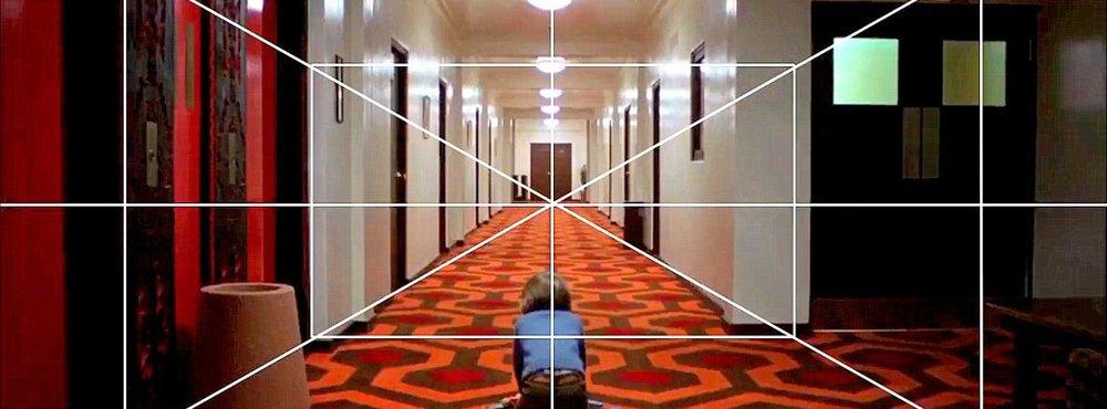 Kubrick'in tek kaçışlı (odaklı) perspektif kullanımına örnek. Cinnet - The Shinning (1980) - çizgilerin kesitiği perspektifin nokta tek odağı…
