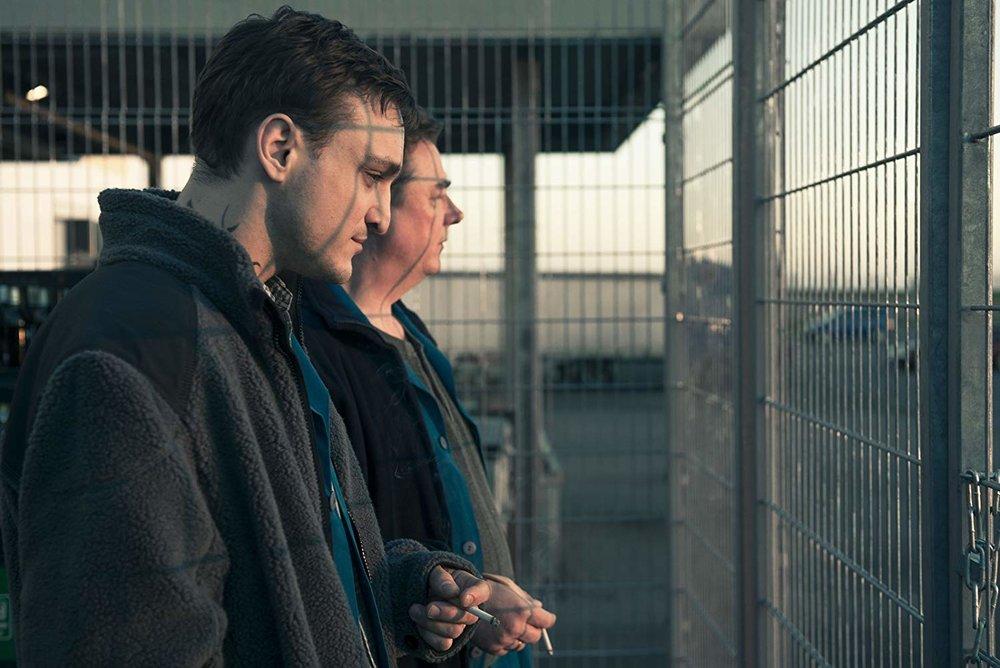 Karakterleri sınırlayan kafes örneği ve çerçeve içine huzursuzluk katan çatışan çizgiler örneği - Christian'ın ve Bruno'nun yüzünde çakışan çizgilere dikkat.