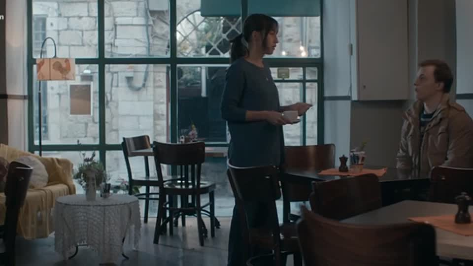 Renk (4):  Anat'ın kazağı ve café'nin pencerelerinin doğramaları yine uyumu gösteriyor.
