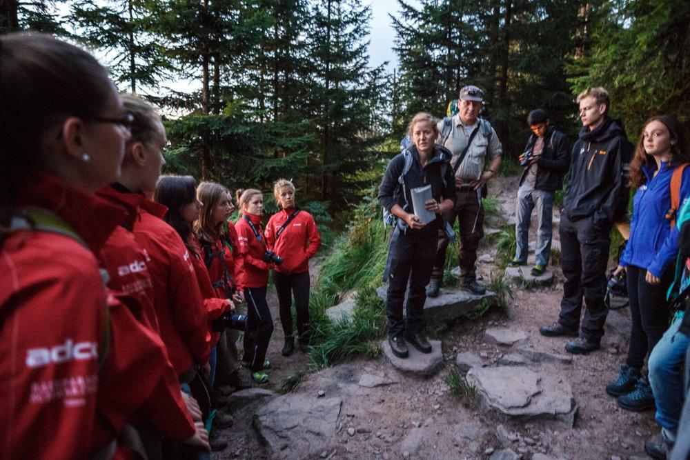 Svenja Fox und Luis Scheuermann vom Nationalpark erläutern, was es mit dem Bannwald auf sich hat.