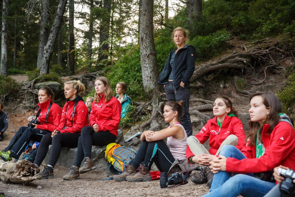 Wildnispädagogin Svenja Fox nimmt die Jugendlichen mit auf eine Entdeckungsreise rund um den Wildsee.