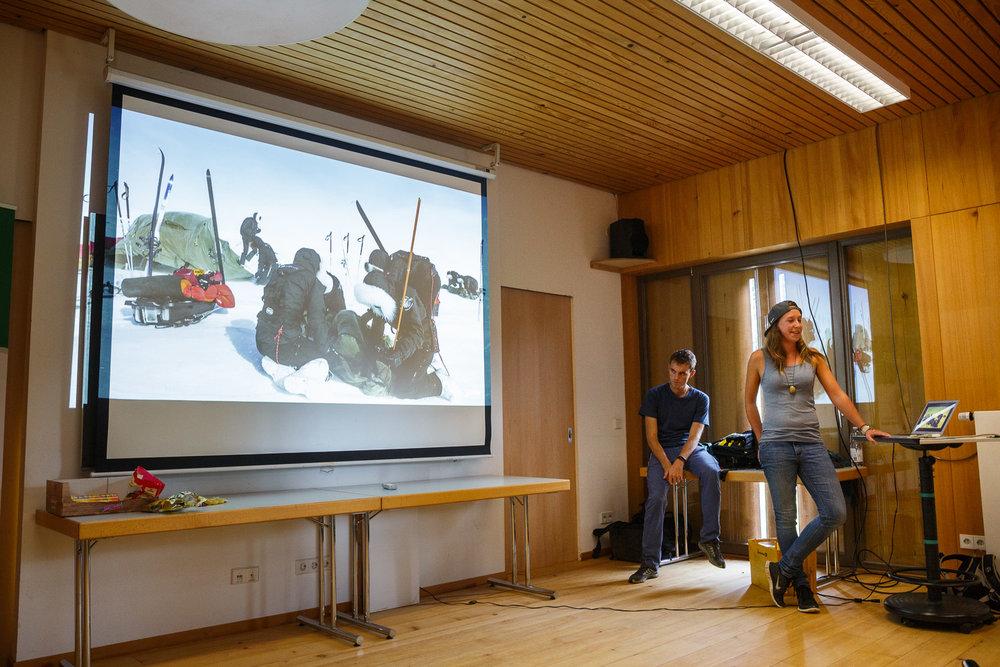 Saskia und Simon begeistern die Gruppe mit Erzählungen von ihren Expeditionen.