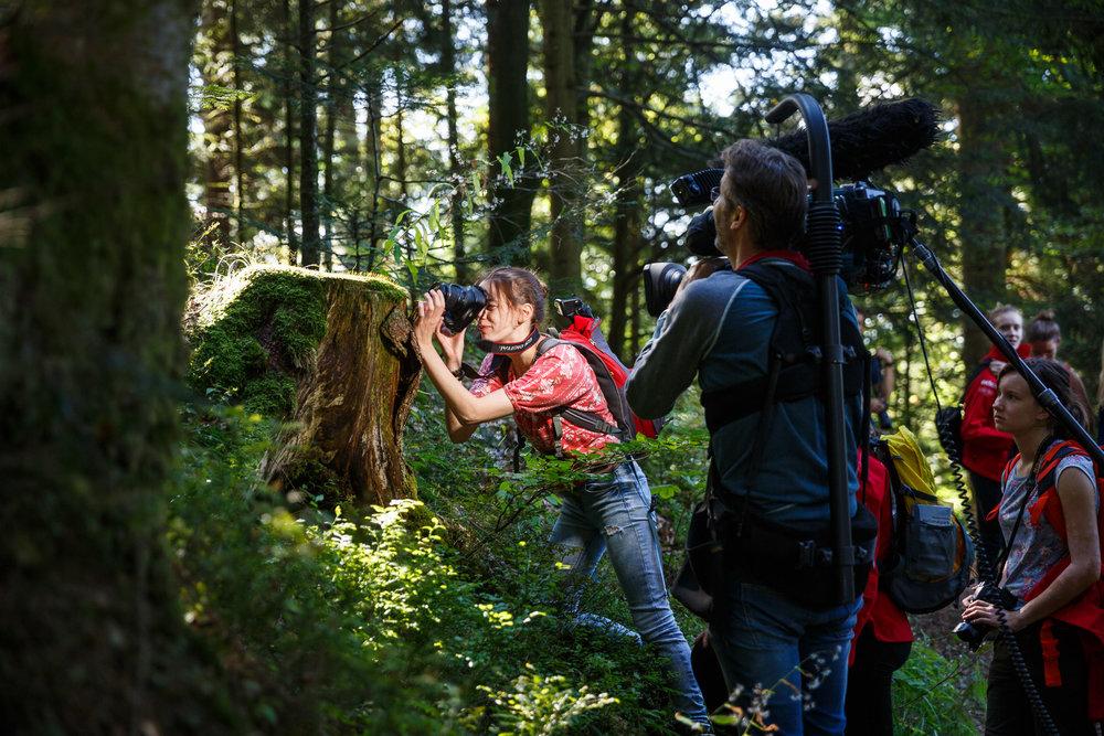 Der SWR schaut zu! Hier wird Teilnehmerin Salima bei der Makrofotografie gefilmt.