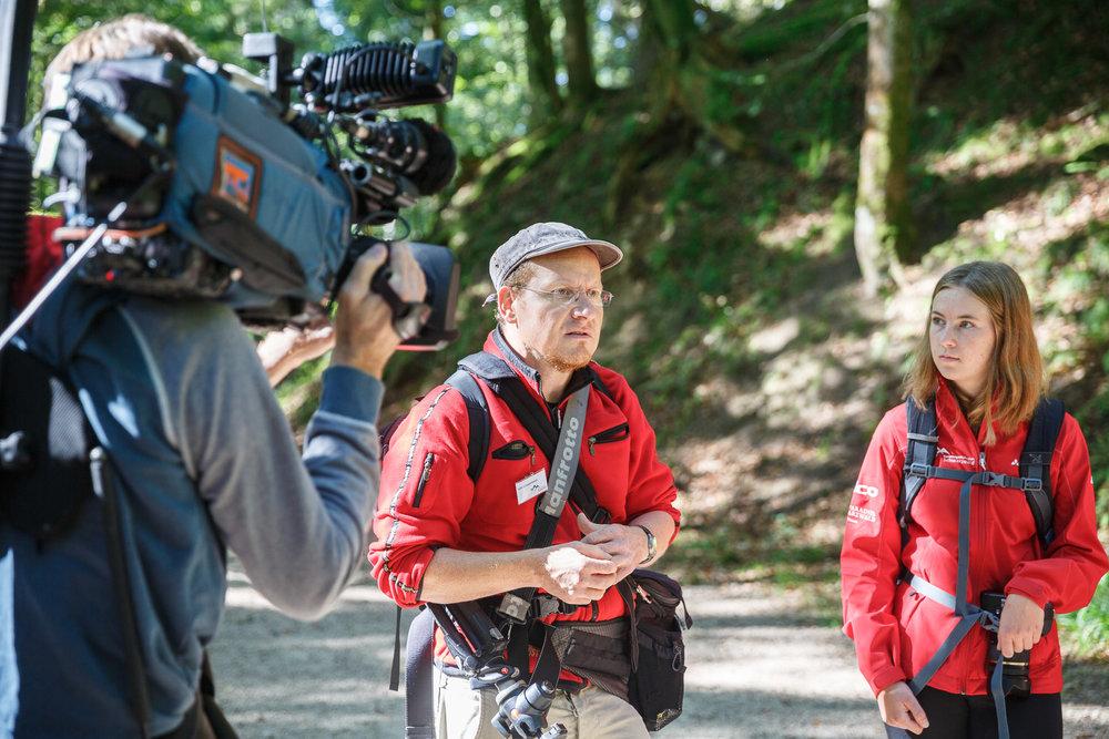 Wildnispädagoge Luis Scheuermann erklärt die Besonderheit der Wälder - hier wächst besonders viel Bergahorn.