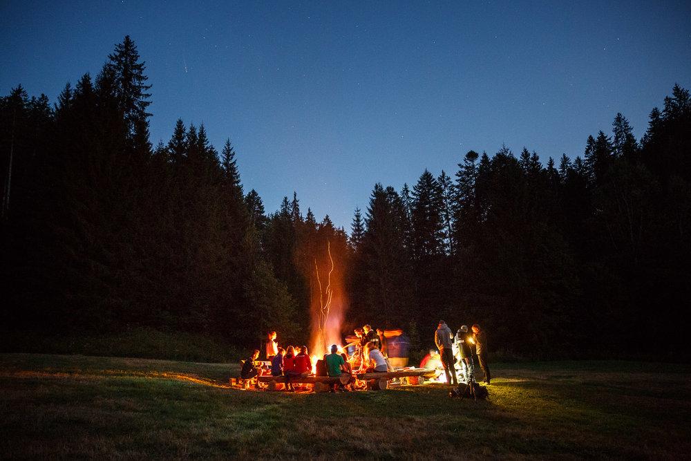 Wildnisübernachtung auf einer abgelegenen Lichtung.
