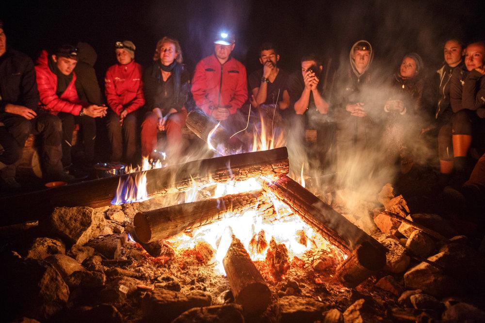 Das Lagerfeuer genießen.