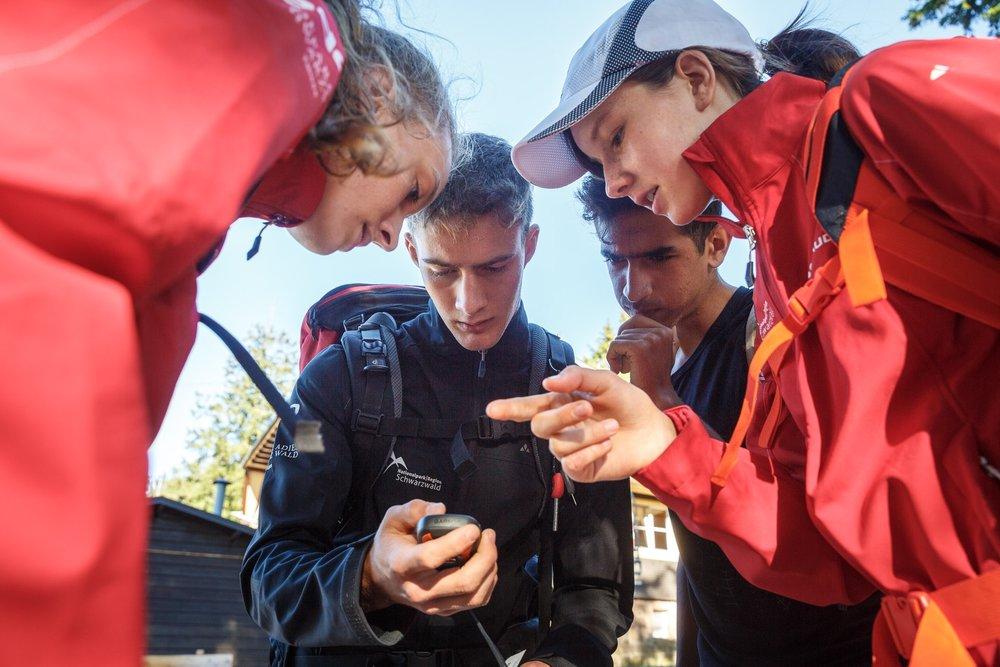 Mit GPS, Kompass und Karte ausgerüstet machen sich die Teams von der Darmstädter Hütte auf, voller Elan und in der Hoffnung ihre Schuhe zu finden.