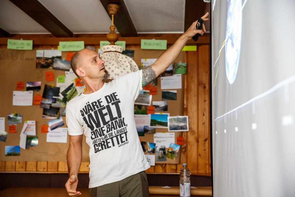 Markus Mauthe berichtet von den spannenden Abenteuern, die er auf seinen Exkursionen erlebt hat, aber auch vom besorgniserregenden Zustand unseres Planeten.