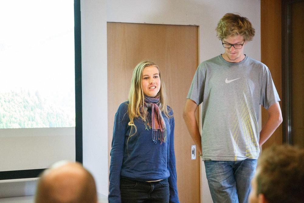Annika und Levin, Teilnehmer beim Camp 2015, stellen das Young Explorers Program vor.