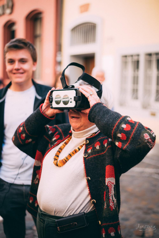 . . . und voller Begeisterung die VR-Brille ausprobiert.