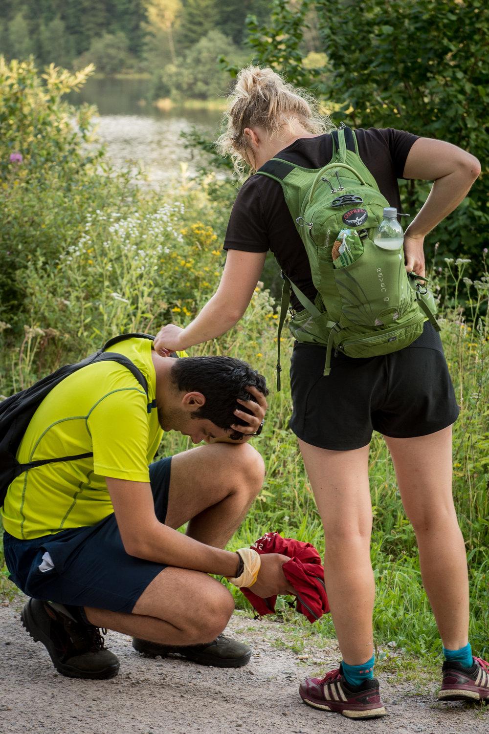 Wir helfen uns gegenseitig über Tiefpunkte hinweg.