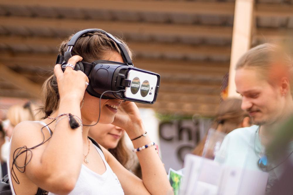 Jung und alt begeistert sich für das 360-Grad Video.