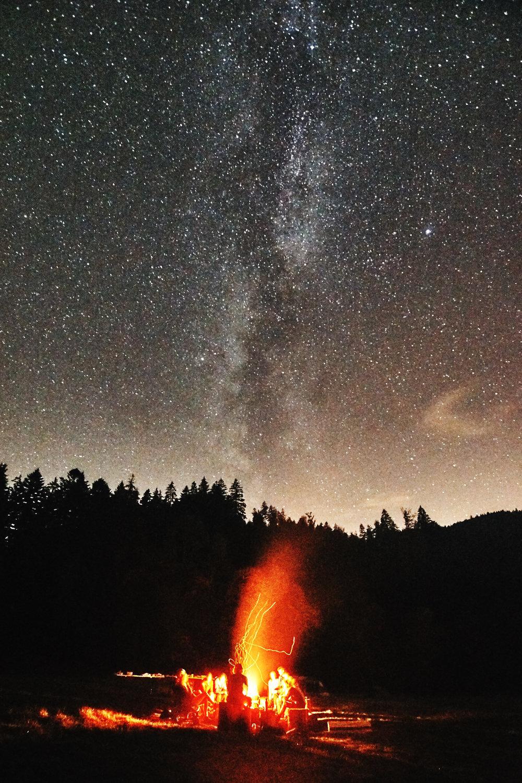 Lagerfeuer unter dem Sternenzelt.