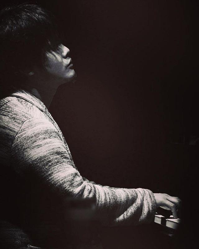 . 【河野祐亮その他スケジュール更新】 .  2/11(日)KAMOME (関内) Silent Jazz Case .  2/18(日)Lavandra(富津) with 荒井美咲(b) .  3/4(日)ジェリコ(札幌) with高橋直希(dr)、高橋里沙(b) .  3/5(月)サッポロシティジャズ(ルスツリゾート) with高橋直希(dr)、高橋里沙(b) .  3/6(火)(倶知安) with高橋直希(dr)、高橋里沙(b) .  3/7(水)JAMSICA(札幌) with高橋直希(dr)、高橋里沙(b) .  3/21(水)LOFT(新宿) Silent Jazz Case .  3/24(土)ライオンシアター(名古屋栄) Silent Jazz Case . .  #河野祐亮 #yusukekonopianotrio #njrrecords #instajazz #instagood #jazz  #live #music #world #tokyo #japan #nyc #usa #brooklyn #london #wien #festival #cool #beautiful #pianist #北海道 #sapporocityjazz #摂津 #横浜 #silentjazzcase