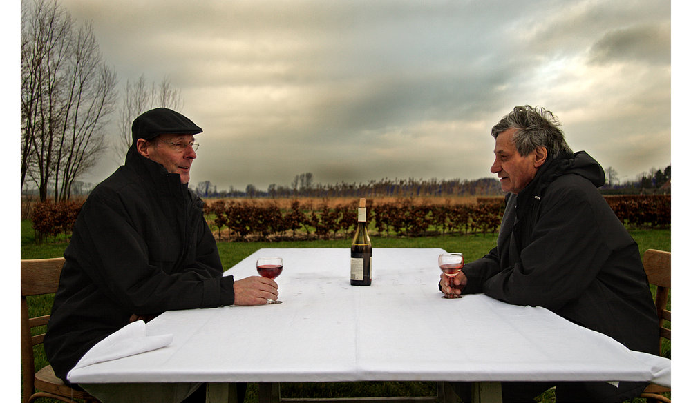 Robert Hoozee (directeur van het MSK)en Jan Hoet (oprichter van het S.M.A.K.) samen aan tafel.