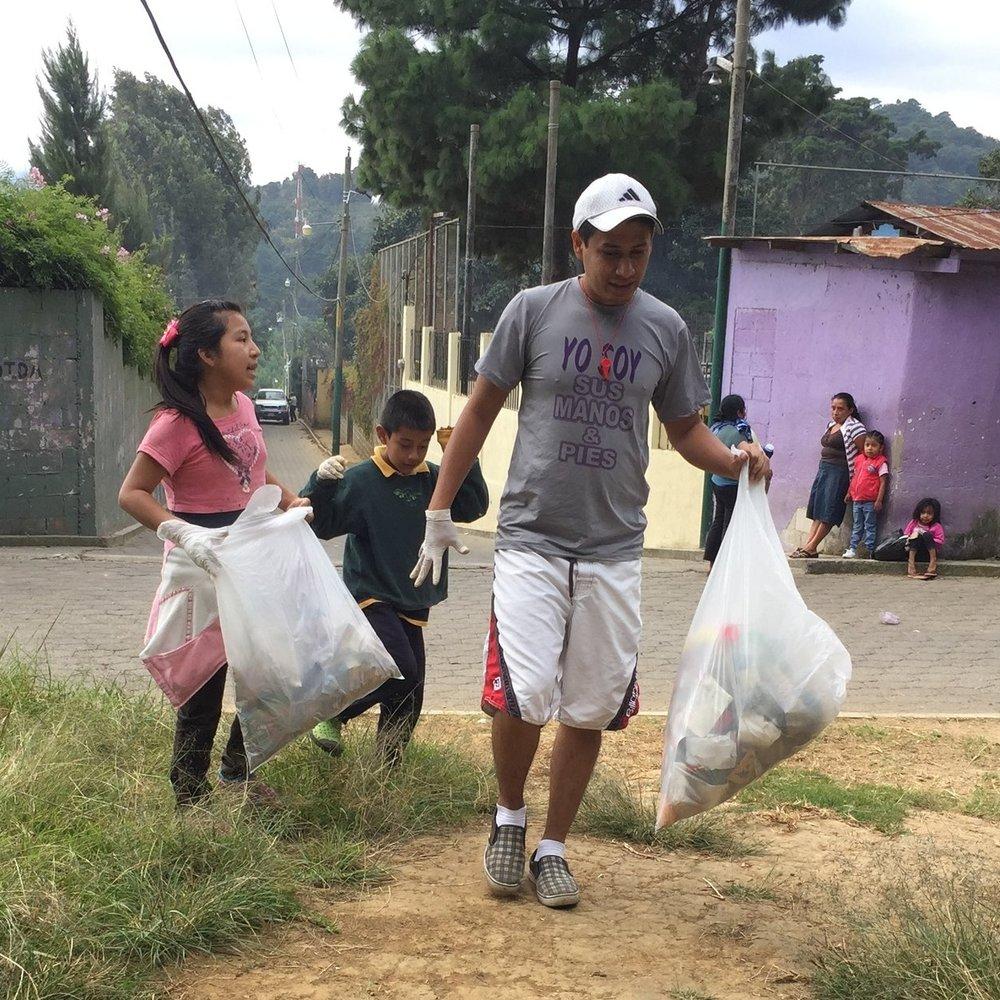 Yo soy el Futuro - Tenemos un programa mensual en el que enseñamos a los jovenes y niños a interesarse por su comunidad limpiando las calles y asistiendo familias.