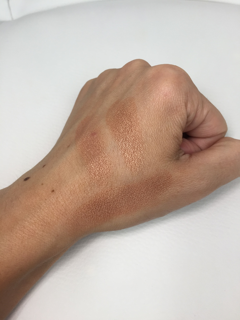 Too Faced The Little Black Book of Bronzers - Sun Bunny Swatch