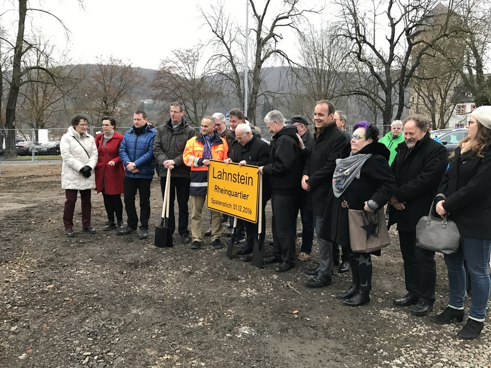 In Anwesenheit aller politischen Fraktionen, der Mitarbeiter der Verwaltung und des Projektteams wurde von Oberbürgermeister Peter Labonte und Landrat Frank Puchtler das Ortsschild Rheinquartier übergeben. Es kann los gehen!