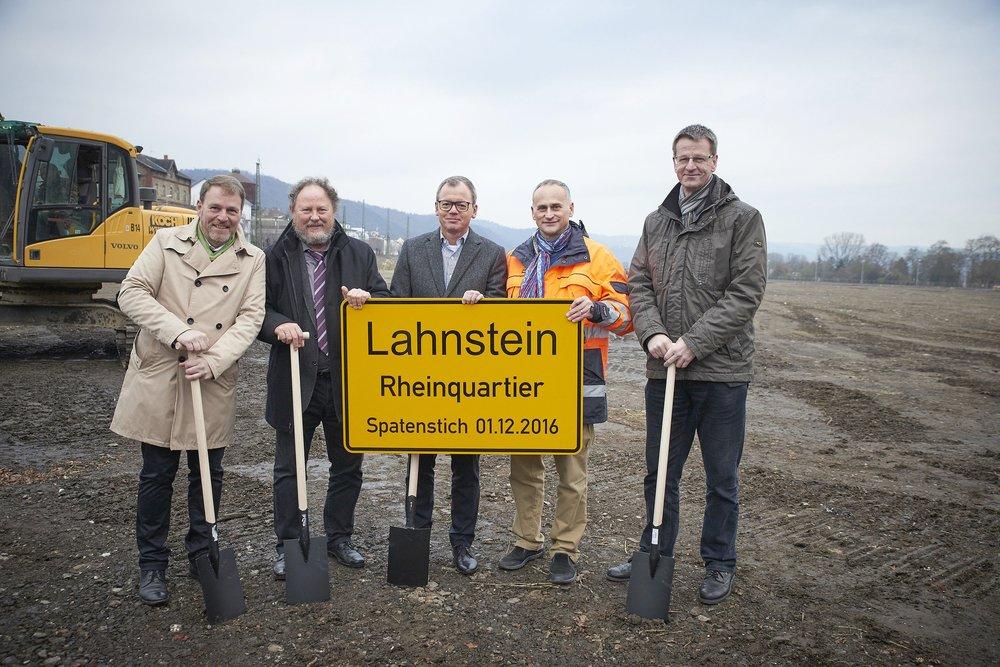 Nach 1,5 Jahren intensiver Vorbereitung und Konzeption: ein weiterer Meilenstein. v. r. n. l. Andreas Mangold, Dr. Thorsten Neumann, Bernhard Sommer (Kern-Haus), Dr. Detlef Naumann (SGP), Frank Kirsch (wahrZeichen)