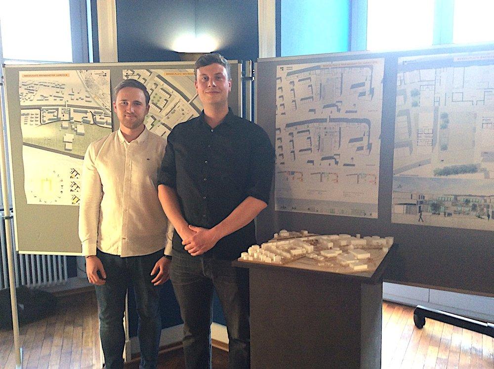 Das Siegerteam vor den Plänen und dem Modell
