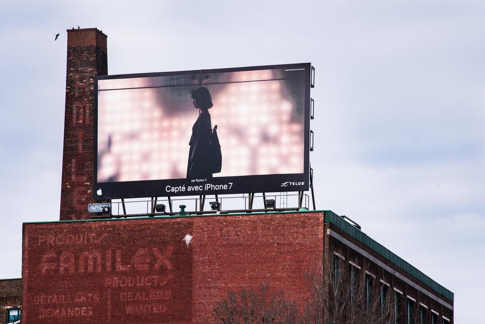 Une photo de la campagne publicitaire d'Apple captée pour Pattison Outdoor Advertising.  » Visionnez les autres images  ici.