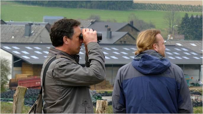 Photo : Vincent Leirens (à gauche) et Alain De Broyer, deux des ornithologues de l'équipe d'Aves, cherchant à localiser un nid de Milan royal en bordure d'un site Natura 2000 de la Province de Namur (photo : Rudi Dujardin).