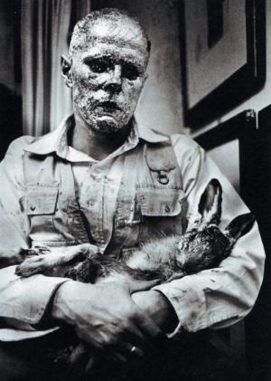 Joseph Beuys, Wie man dem toten Hasen die Bilder erklärt',1965