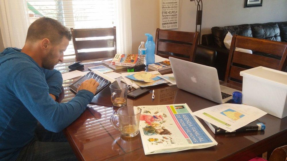 En pleine séance de recherche... Ne pas lésiner sur le café!!!  Apple +  Routard = nos meilleurs amis depuis le début de notre folie!