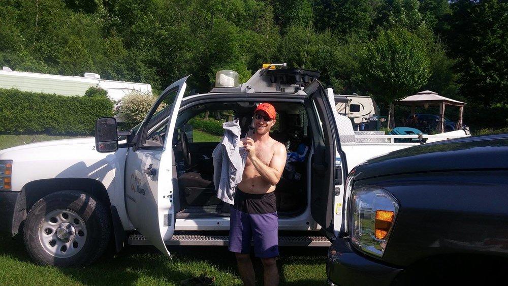 Pendant que maman est en camping avec la marmaille, papa doit aller travailler. Ça c'est un sacrifice!